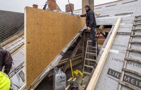 Eine Dachgaube dämmen und fertigstellen - die vorgefertigte und bereits gedämmte Seitenwand wird angebracht.